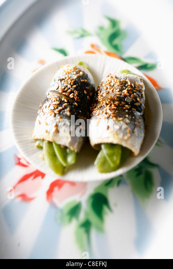 Steam-cooked sugar pea and sardine rolls - Stock Image
