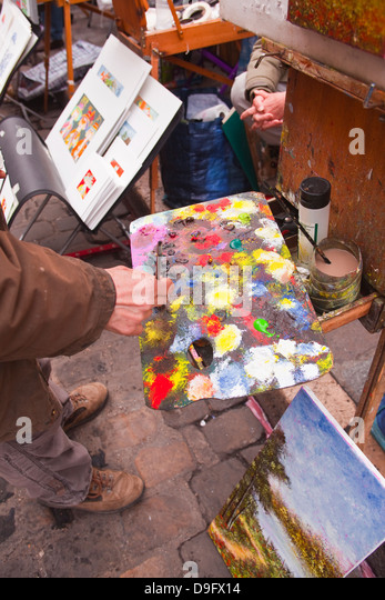 A street artist at work in the famous Place du Tertre in Montmartre, Paris, France - Stock-Bilder