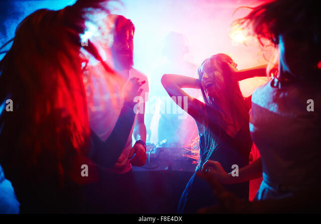 Young people dancing in nightclub - Stock Image