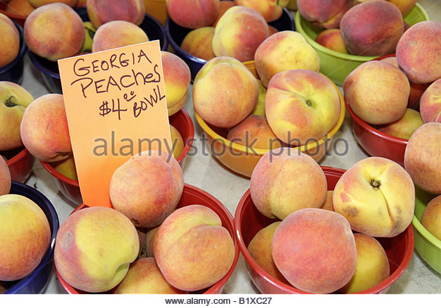 Little Rock Arkansas River Market Farmers Market produce buyers sellers Georgia peaches bowls fruit food nutrition - Stock Image