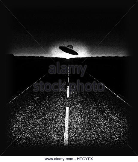 UFO on road at night retro space age gray flying saucer close encounter - Stock-Bilder