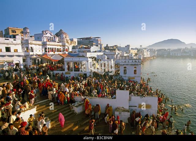 Pilgrims at the annual Hindu pilgrimage to holy Pushkar Lake, Pushkar, Rajasthan State, India, Asia - Stock-Bilder