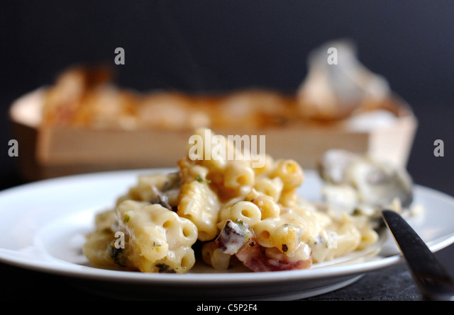 Maccaroni with cheese and bacon - Stock Image