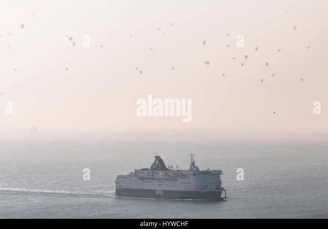 Dover, Kent, UK. 7th April, 2017. 82 hot air balloons heading off into the haze over the English Channel in a world - Stock Image