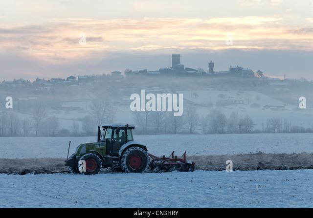 France, Puy de Dome, plowing near the village of Moissat, Limagne plain near Billom - Stock Image