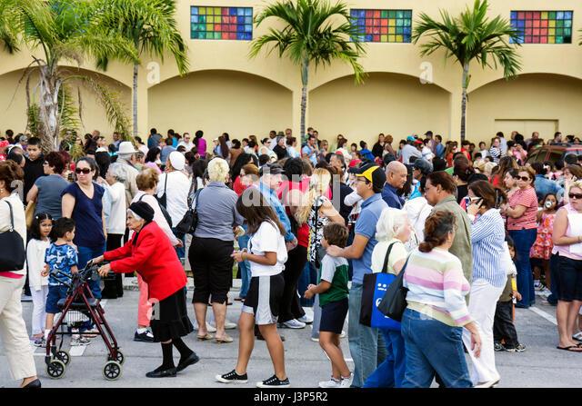 Miami Florida Alpha-Omega Church Thanksgiving turkey give-away give away free food needy volunteers Hispanic crowd - Stock Image