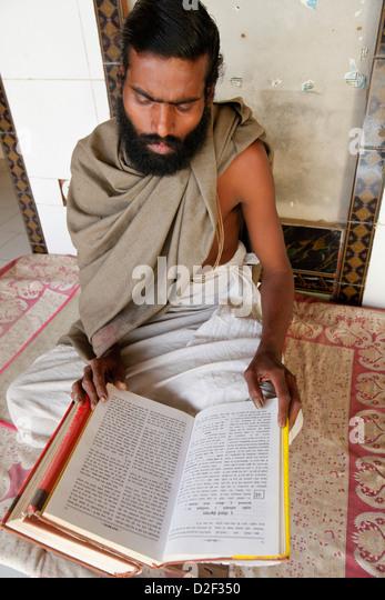 Temple priest reading the Bhagavad Gita. The temple is located on the Goverdan Parikrama pilgrimage trail Goverdan. - Stock Image