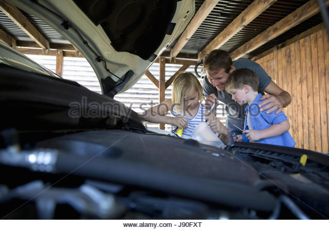Father And Children Topping Up Car Washer Reservoir - Stock-Bilder