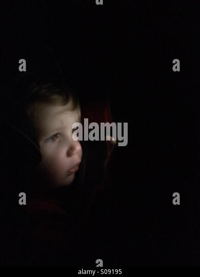 Child looking through the dark - Stock-Bilder