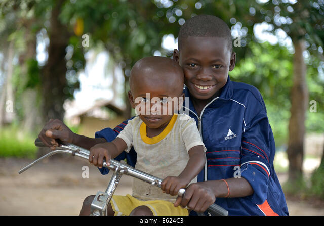 Two children with a bicycle, Nkala, Bandundu Province, Democratic Republic of the Congo - Stock-Bilder