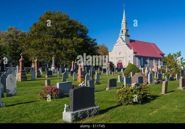 The Catholic church and cemetery at St. Jean, Ile d' Orleans, Quebec, Canada. - Stock-Bilder