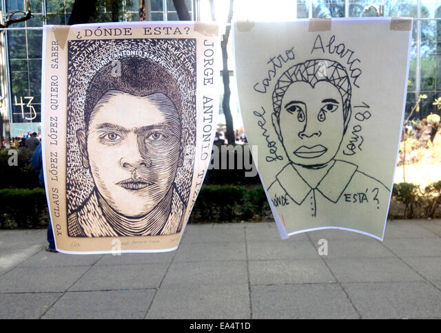 Mexico city, Mexico. 6th November, 2014. Art works displaying the faces of missing students are displayed in Reforma - Stock Image