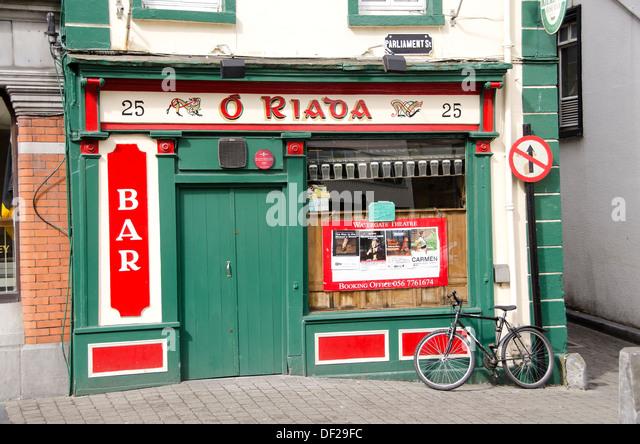 Kilkenny Ireland colorful Irish pub with bicycle leaning against pub wall - Stock Image