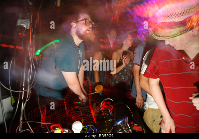 Dan Deacon gets the crowd going with his psychedelic electronic music jam. - Stock-Bilder
