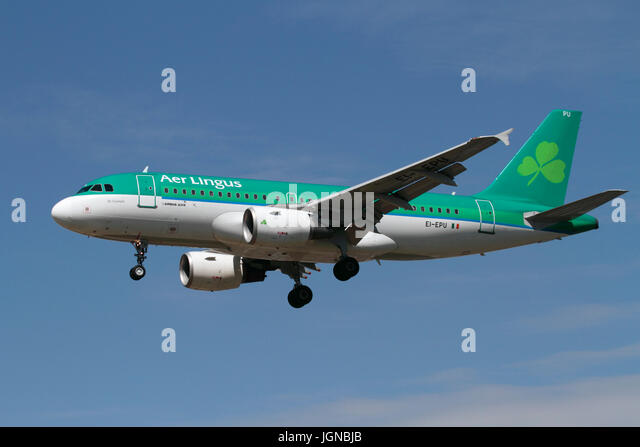 Air travel. Aer Lingus Airbus A319 on approach against a clear blue sky - Stock-Bilder
