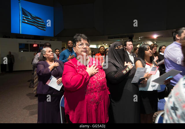 New United States citizens are sworn in during a naturalization ceremony at the Institute of Texan Cultures in San - Stock-Bilder
