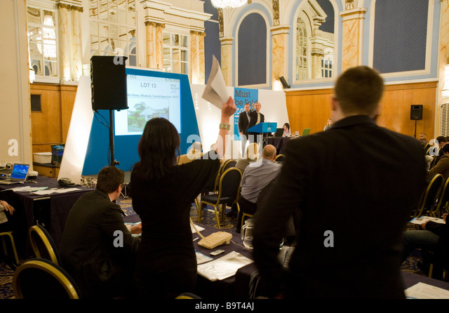 BIDDING DURING PROPERTY AUCTION ORGANISED BY MUSTBESOLD.COM, NEW CONNAUGHT ROOMS, LONDON FEB 2009 - Stock Image