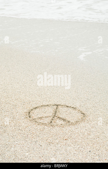 Peace sign drawn in sand at the beach - Stock-Bilder