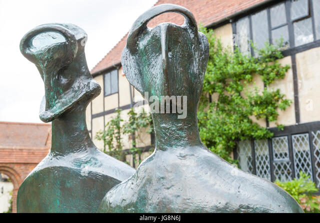 'King and Queen' sculpture by Henry Moore at RHS Wisley - Stock Image
