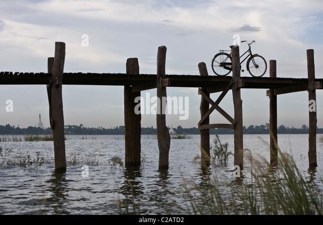 Amarapura, Myanmar, bicycle parked on U Bein Bridge - Stock-Bilder