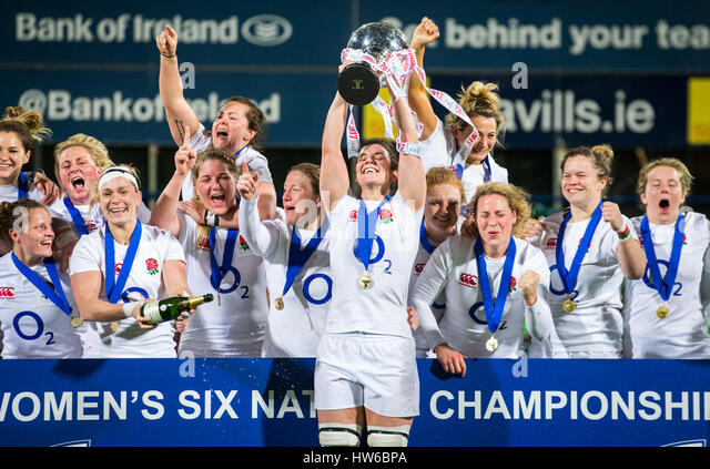 England captain Sarah Hunter lifts the Six Nations trophy as she celebrates with her team mates after winning the - Stock-Bilder