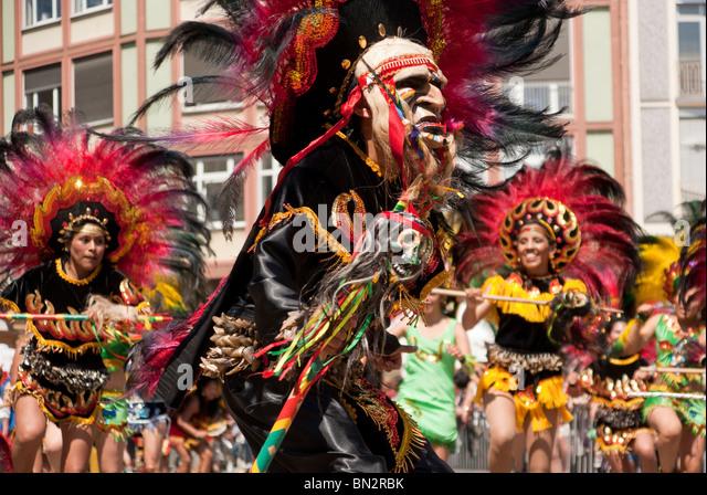 FRANKFURT - JUNE 26. Bolivian masked man performing a war dance at the Parade der Kulturen. June 26, 2010 in Frankfurt, - Stock-Bilder
