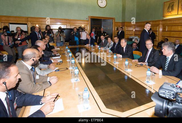 (150615) -- GENEVA, June 15, 2015 (Xinhua) -- UN Secretary-General Ban Ki-moon (3rd R) meets representatives of - Stock Image