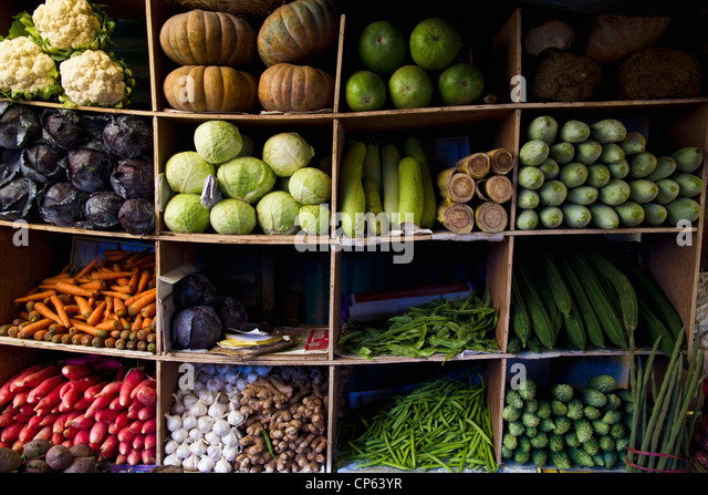 India, Ooty, Variety of vegetables in cupboard at market - Stock-Bilder