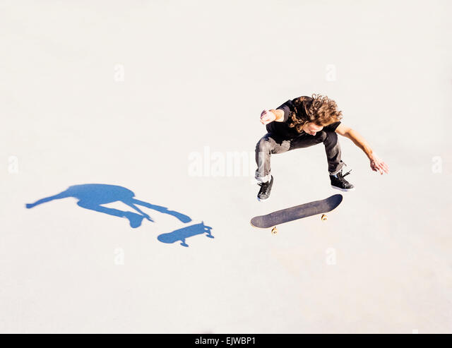 USA, Florida, West Palm Beach, Man jumping on skateboard in skatepark - Stock Image