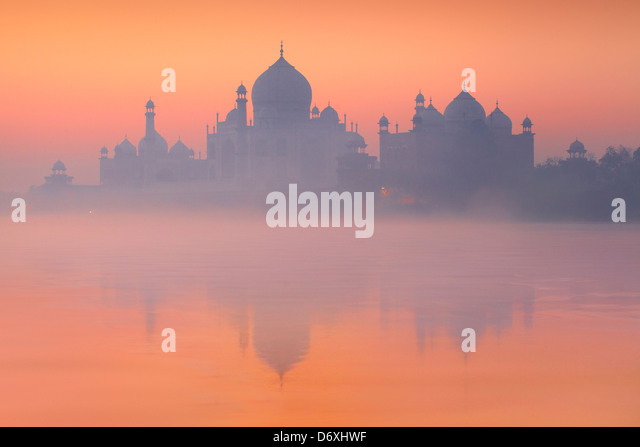 Sunset Taj Mahal and Yamuna River (In 1983 Taj Mahal became a UNESCO World Heritage Site), Agra, Uttar Pradesh, - Stock-Bilder
