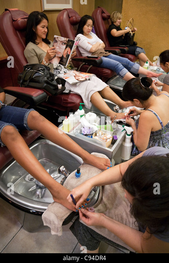 Pedicures stock photos pedicures stock images alamy for Fish pedicure dc