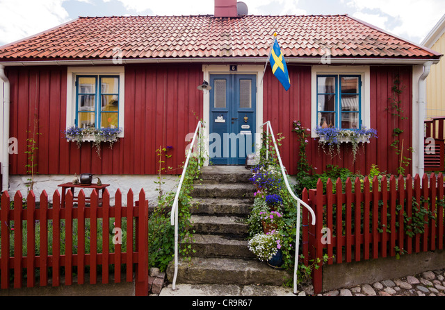 A typical swedish residential house, painted in traditional falun red, at Besvärsgatan in Oskarshamn. - Stock-Bilder