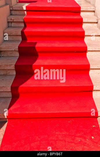 Red Carpet leading up steps at a movie award ceremony - Stock-Bilder