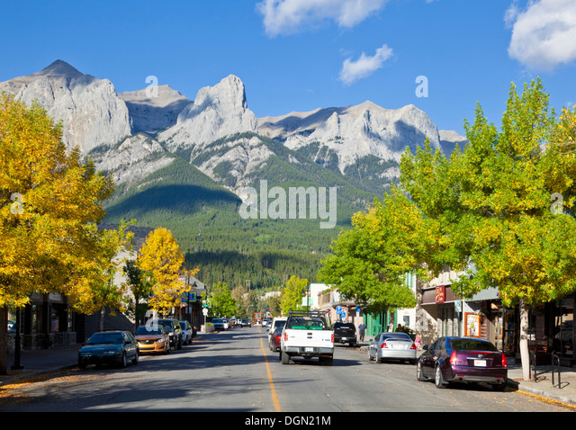 Traffic driving down Main street in Township of Canmore Alberta Canada - Stock-Bilder