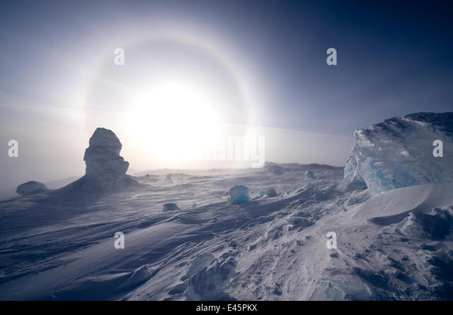 Sundog / Parhelion (circle of light around the sun) with large ice fumerole in the foreground, McMurdo Sound, Ross - Stock-Bilder