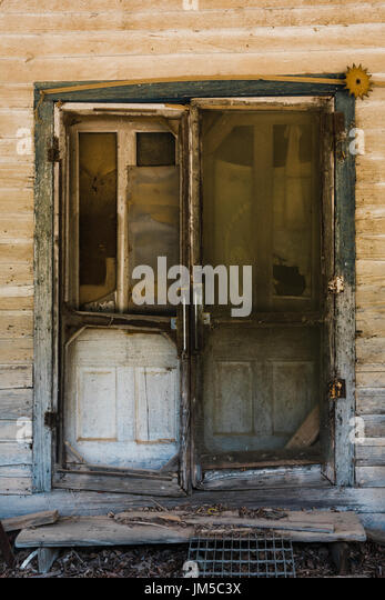 Front entrance to old abandoned house in rural Alabama, showcasing the poverty level of parts of the Southern United - Stock Image