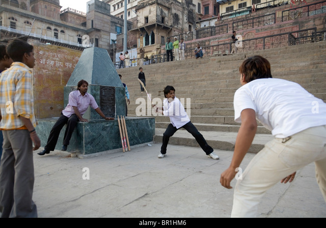 Young boys playing cricket at Shindia Ghat, Varanasi, Uttar Pradesh, India. - Stock Image