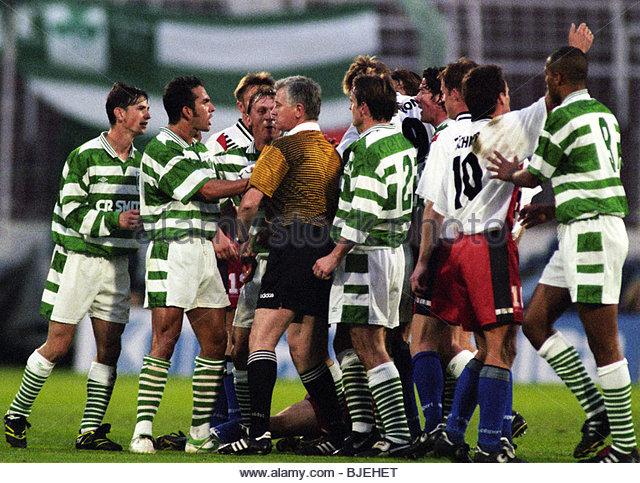 24/09/96 UEFA CUP 1ST RND 2ND LEG SV HAMBURG V CELTIC (2-0 AGG 4-0) HAMBURG - GERMANY The referee steps in to defuse - Stock Image