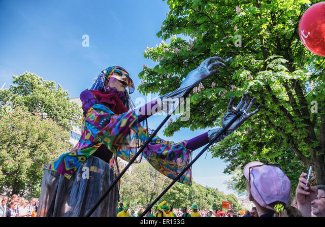 Kreuzberg, Berlin, Germany, 24th May 2015. Performer with tall fancy dress costume catches balloon Berlin celebrates - Stock-Bilder