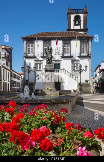 Geraniums below the Câmara Municipal de Ponta Delgada - City Hall, Sao Miguel Island, Azores, Portugal - Stock-Bilder