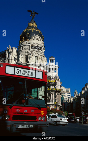 Bus on the street in front of the Metropolis Building, Gran Via, Madrid, Spain, Europe - Stock Image