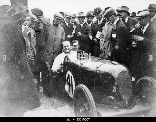 Gordon Taylor in a racing car surrounded by a crowd of men. - Stock-Bilder