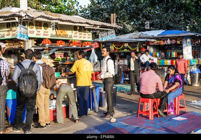 India Asian Mumbai Girgaon Marine Drive Chowpatty Beach public concessions food vendors customers line queue - Stock Image