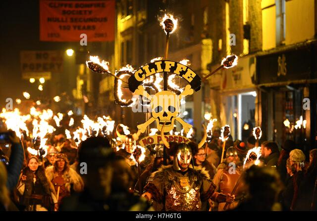 Lewes, East Sussex. 5th November 2016. Lewes celebrates its famous Bonfire Night with a dramatic torch-lit procession - Stock Image