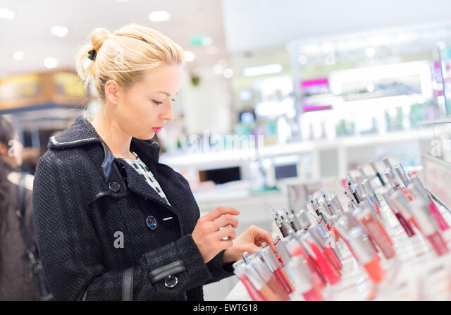Beautiful woman shopping in beauty store. - Stock-Bilder