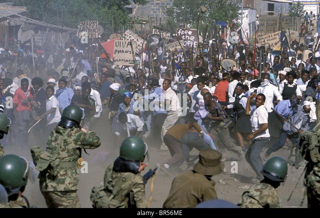 TOWNSHIP RIOT SCENE STANDER (2003) - Stock-Bilder