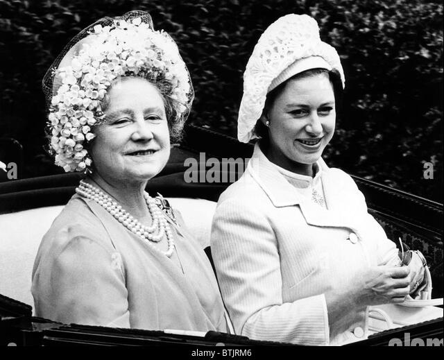 Queen Elizabeth (the Queen Mother), Princess Margaret, arriving on the first day of the Royal Ascot Races in England, - Stock-Bilder