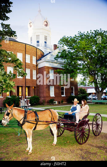 Monroeville Alabama Courthouse Square mule wagon Old Monroe County Courthouse 1903 man woman actors costume To Kill - Stock Image