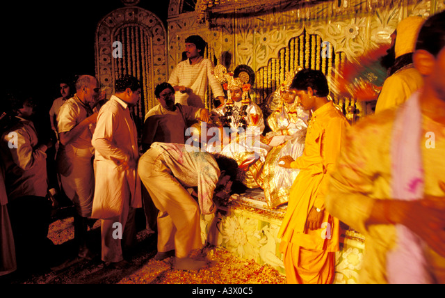 india uttar pradesh vrindavan pilgrims come to get the blessing of the actors at the Ras Lila show in Vrindavan - Stock Image