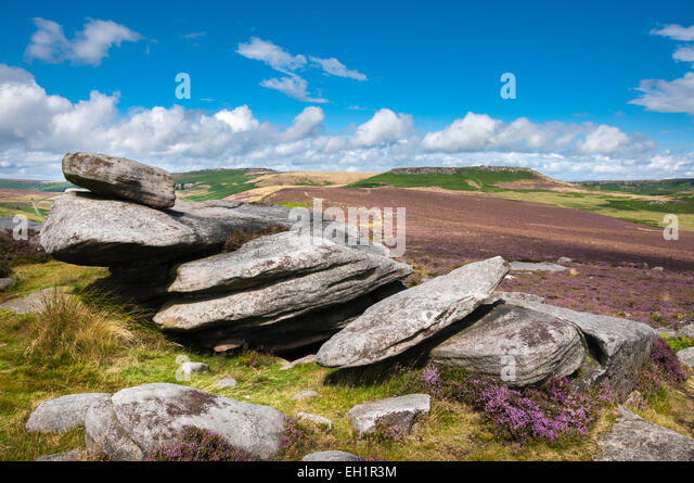 Gritstone rocks on Over Owler Tor with view to Higger Tor on a sunny summer day in the Peak DIstrict, Derbyshire. - Stock Image